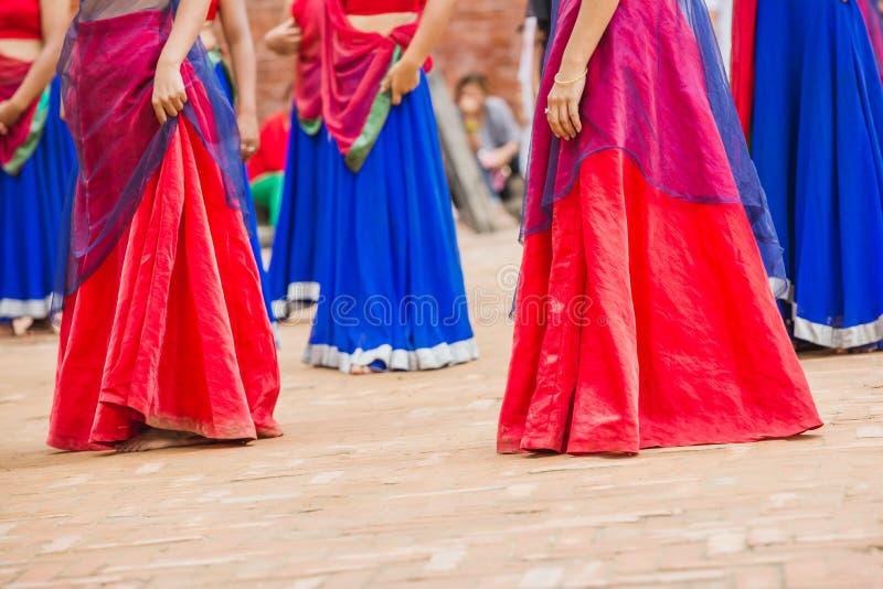 Ballerini di Bollywood con il vestito variopinto in una fila immagine stock