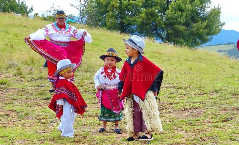 Ballerini ecuadoriani e dei bambini di prestazione ballo tradizionale all'aperto immagini stock