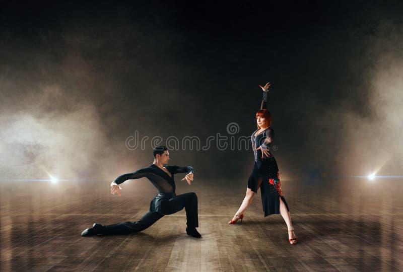 Ballerini eleganti, paia che ballano in scena immagine stock libera da diritti