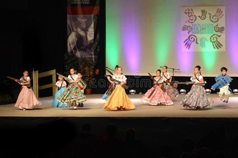 Ballerini messicani della gioventù dell'accademia fotografia stock