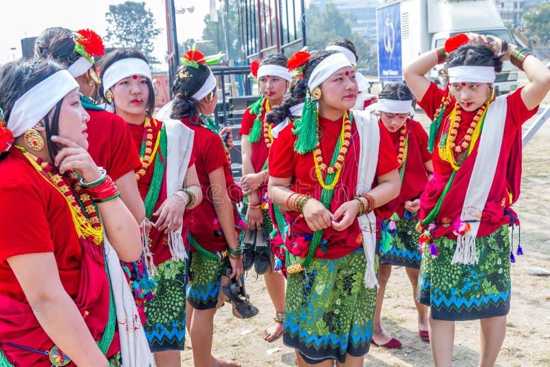 Ballerini nepalesi in abbigliamento nepalese tradizionale immagini stock libere da diritti