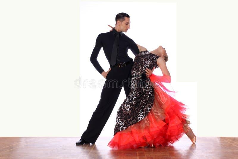 Ballerini in sala da ballo contro fondo bianco immagine stock