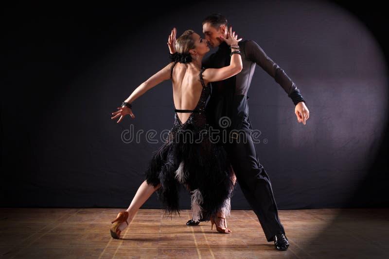 Ballerini in sala da ballo isolata su fondo nero immagini stock libere da diritti
