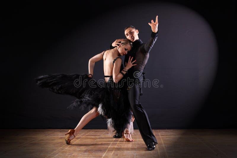 Ballerini in sala da ballo isolata su fondo nero immagine stock libera da diritti