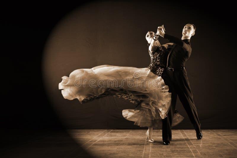 Ballerini in sala da ballo isolata su fondo nero immagine stock
