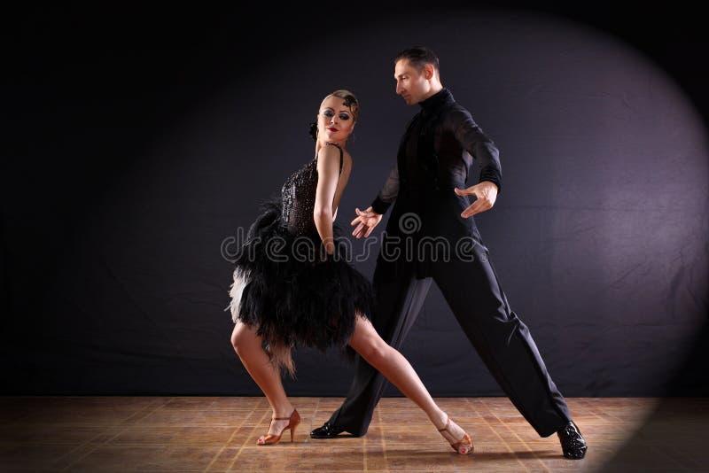 Ballerini in sala da ballo su fondo nero fotografie stock libere da diritti