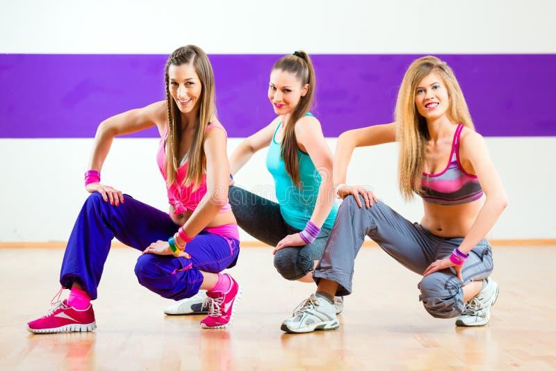 Ballerino ad addestramento di forma fisica di Zumba nello studio di ballo fotografie stock