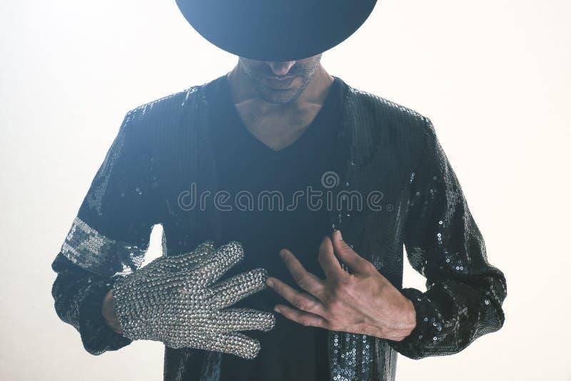 Ballerino che realizza i movimenti di breakdance fotografie stock libere da diritti