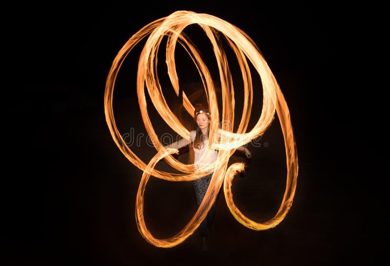 Ballerino con i pois ardenti del fuoco dopo buio fotografia stock libera da diritti
