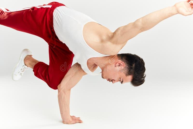 Ballerino coreano maschio hip-hop della rottura che balla sul fondo bianco immagine stock libera da diritti