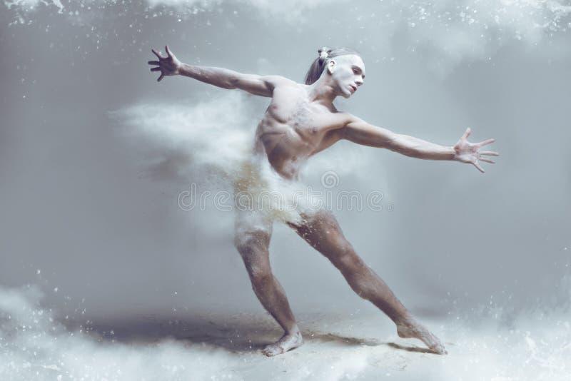 Ballerino dell'uomo del muscolo in polvere/nebbia immagine stock libera da diritti