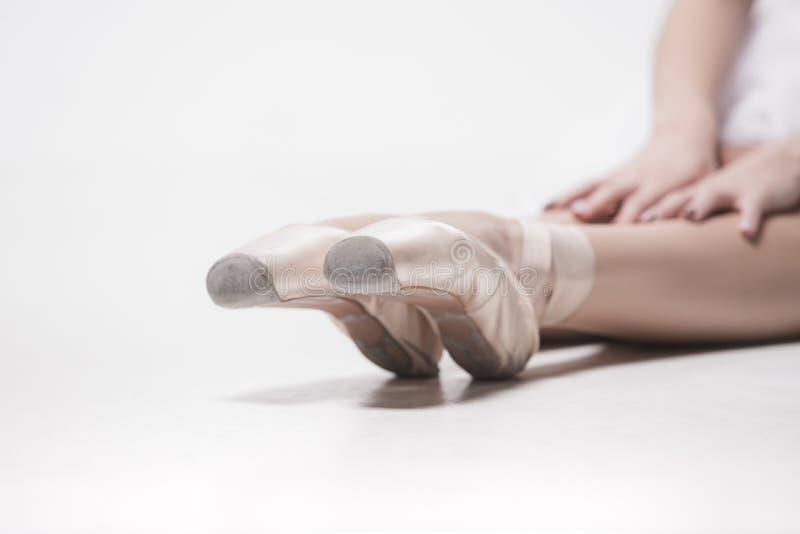 Ballerino della ballerina che si siede con le sue gambe attraversate fotografie stock
