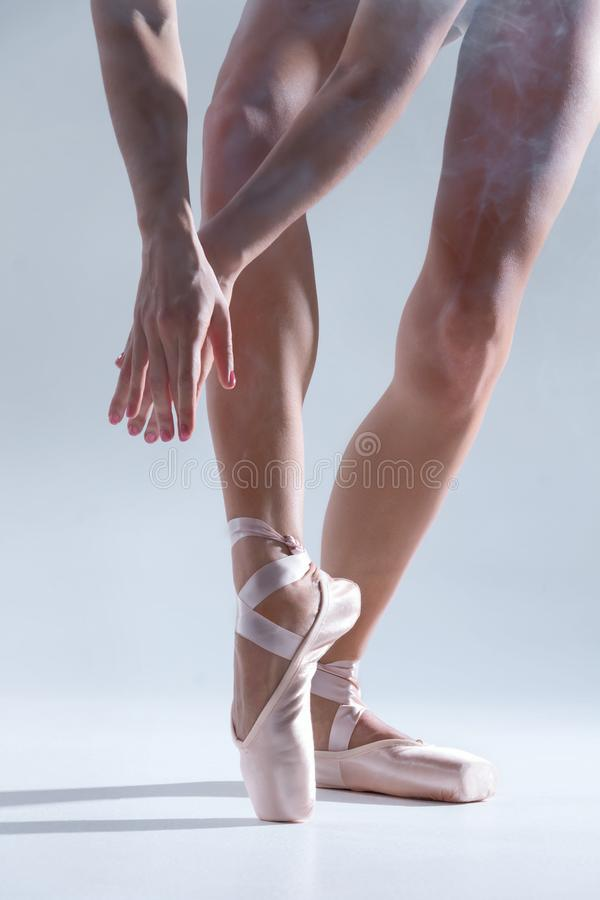Ballerino della ballerina della donna elegante isolato su fondo grigio fotografie stock