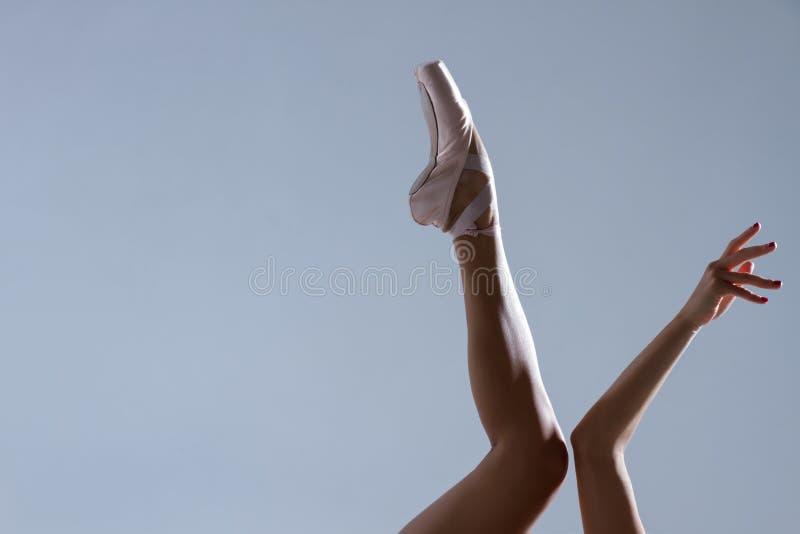 Ballerino della ballerina della donna elegante isolato su fondo grigio immagini stock