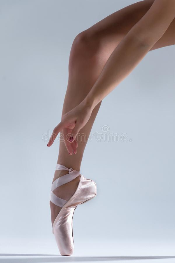 Ballerino della ballerina della donna elegante isolato su fondo grigio fotografia stock libera da diritti