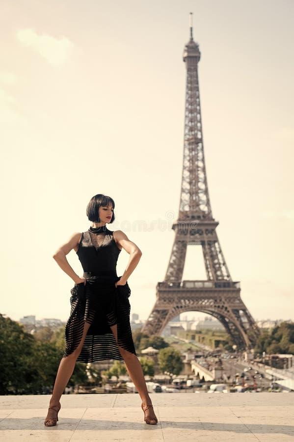 Ballerino della ragazza davanti alla torre del eifel a Parigi, Francia donna beatuiful nella posa di ballo come la torre del eife fotografia stock