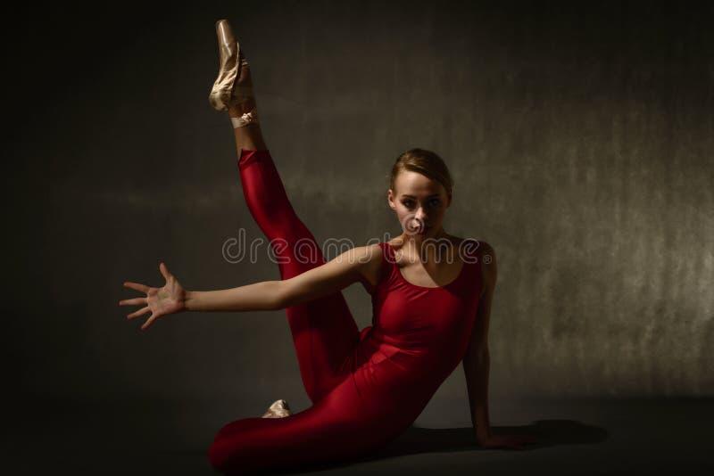 Ballerino di balletto che posa nello stile artistico fotografia stock