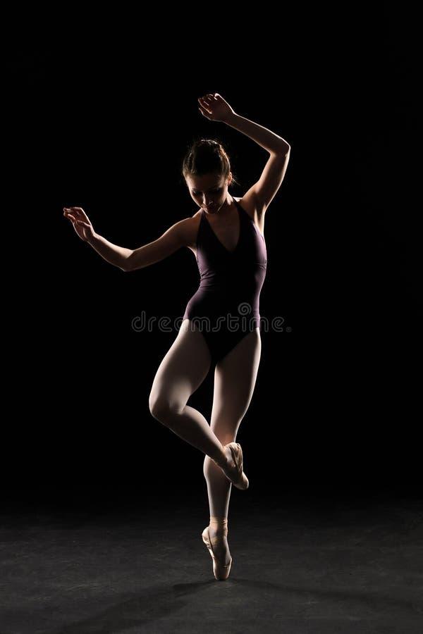Ballerino di balletto della siluetta in costume da bagno nero immagine stock libera da diritti