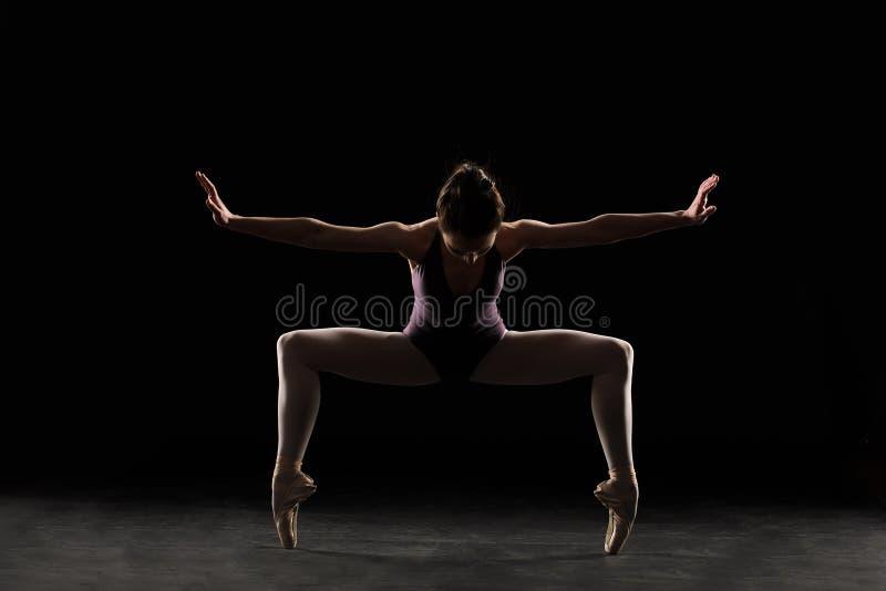 Ballerino di balletto della siluetta in costume da bagno nero immagini stock