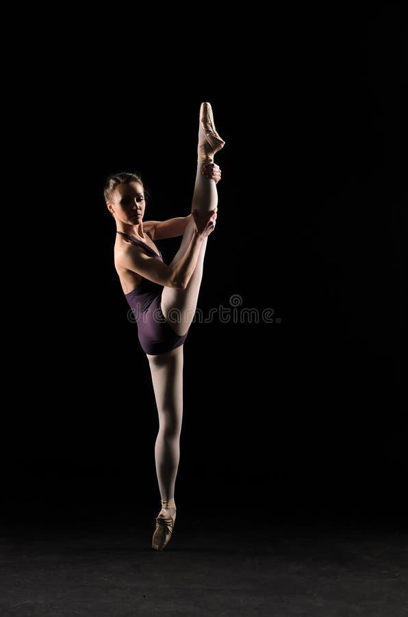 Ballerino di balletto della siluetta in costume da bagno nero fotografia stock