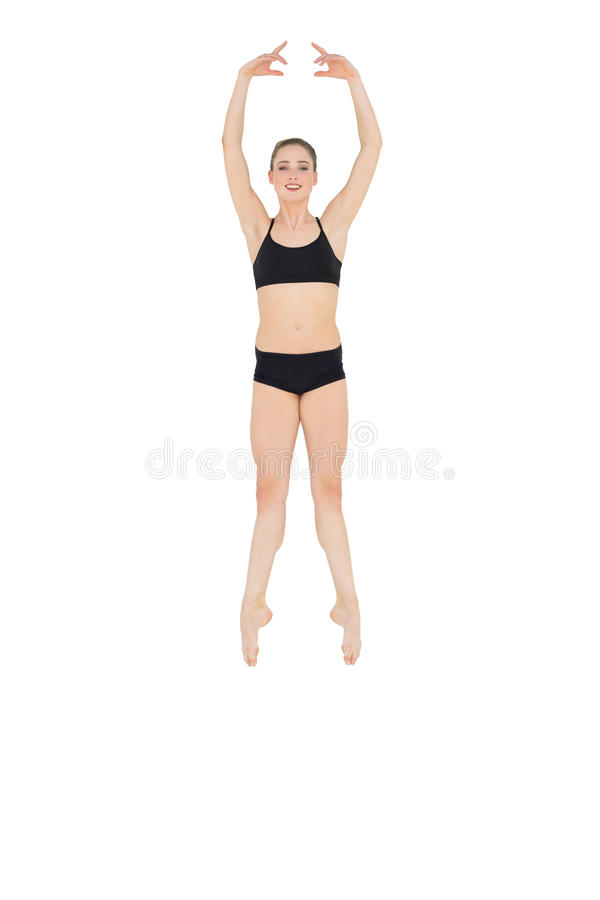Ballerino di balletto esile felice che salta nell'aria fotografie stock libere da diritti