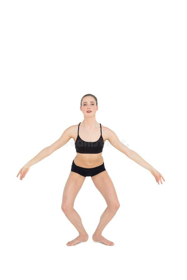 Ballerino di balletto esile messo a fuoco che salta nell'aria immagine stock libera da diritti