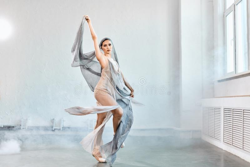 Ballerino di balletto femminile con tessuto scorrente bianco Forme e movimento di flusso immagine stock libera da diritti