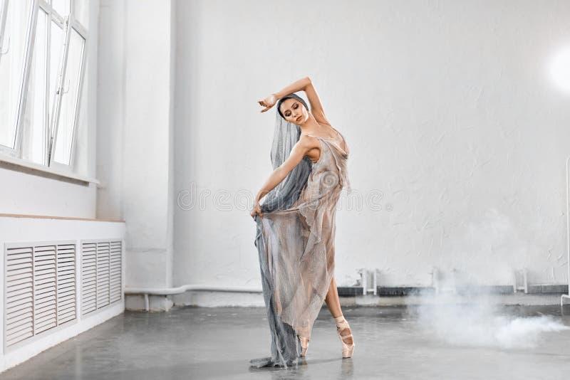 Ballerino di balletto femminile con tessuto scorrente bianco Forme e movimento di flusso immagine stock