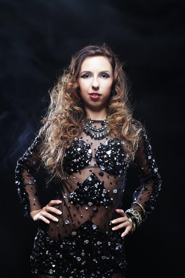 Ballerino di discoteca in vestito nero immagine stock