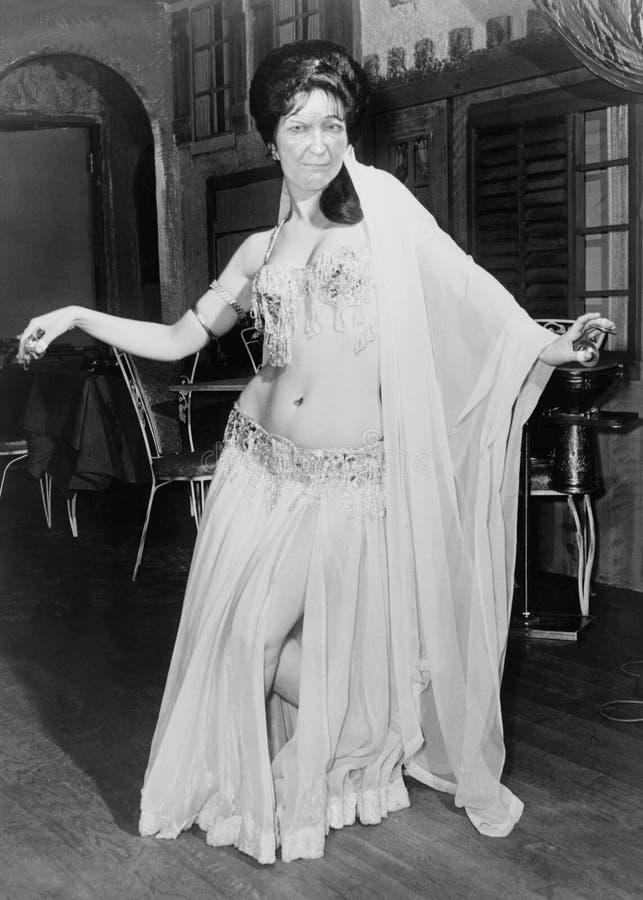 Ballerino di pancia d'annata divertente della donna immagini stock