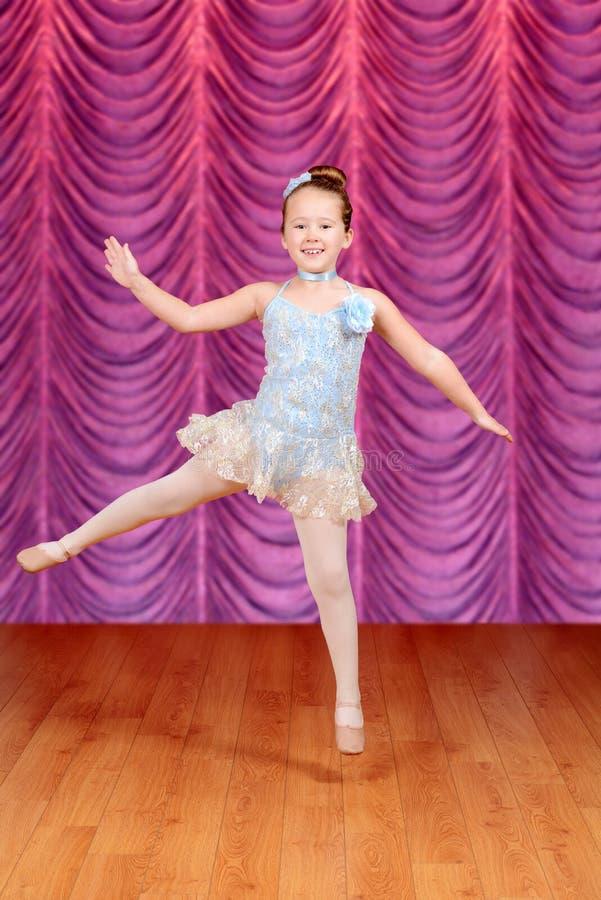Ballerino di salto della ballerina del bambino in scena fotografia stock