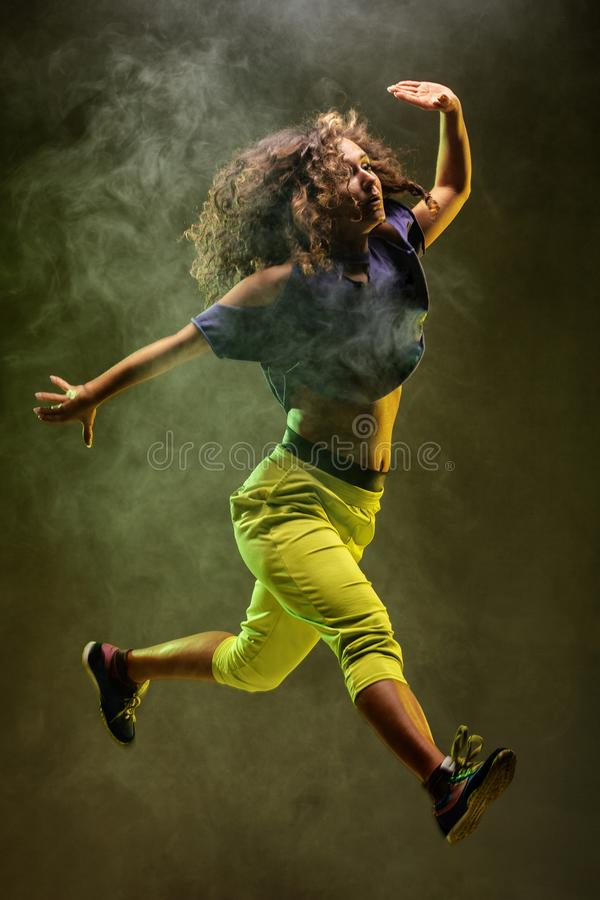 Ballerino di salto di zumba con il fondo del fumo fotografie stock libere da diritti