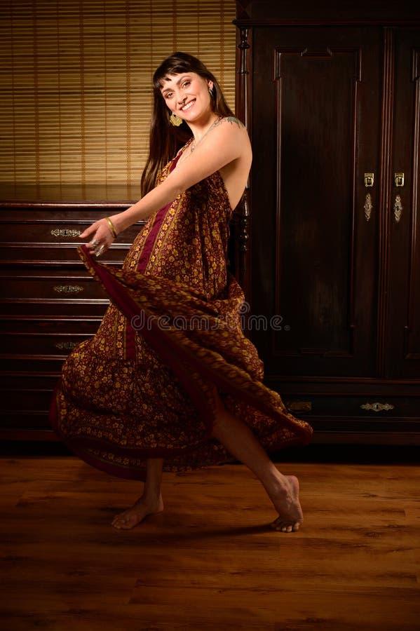 Ballerino e cantante della ragazza in vestito zingaresco che balla e che posa in scena fotografia stock libera da diritti
