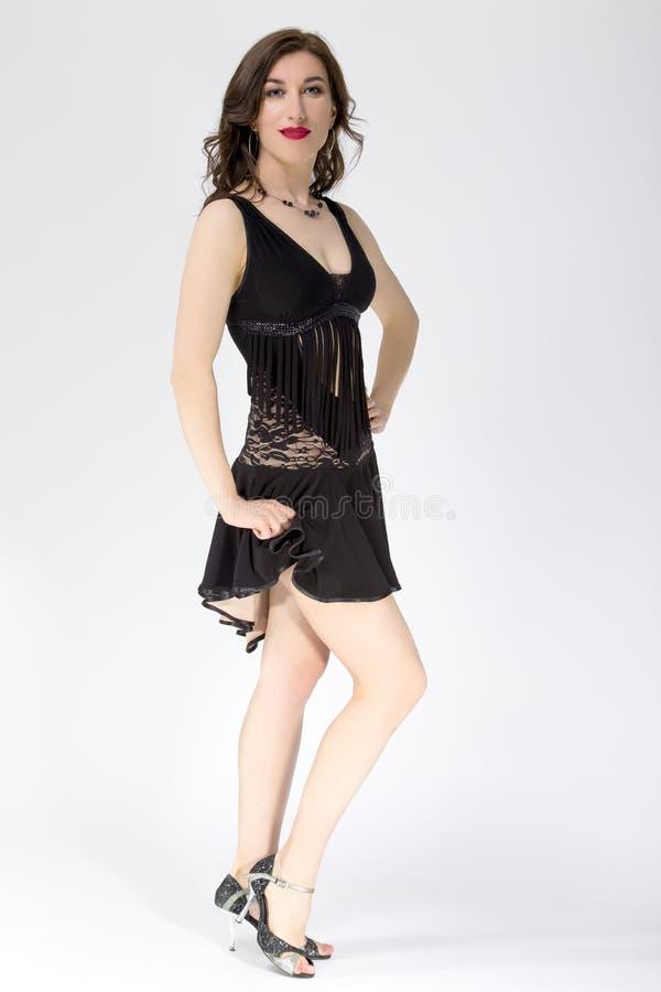 Ballerino femminile Posing della sala da ballo in vestito dell'America latina nero immagini stock libere da diritti