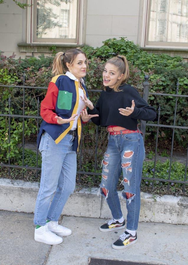 Ballerino hip-hop della ragazza teenager e sua madre giovanile in Saint Louis per la settimana nazionale di ballo fotografia stock