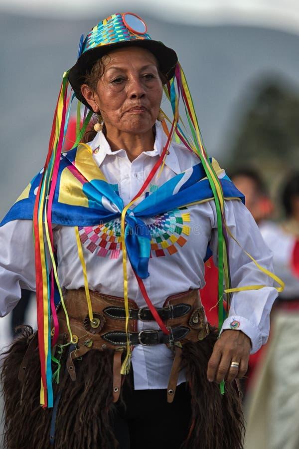 Ballerino indigeno anziano della via a Ibarra Ecuador fotografia stock libera da diritti