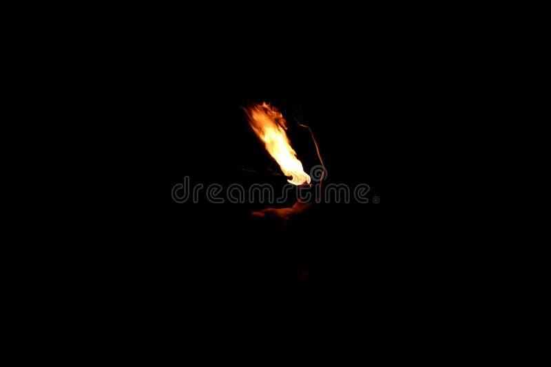 Ballerino indigeno del fuoco del Fiji che esegue fuoco che respira immagine stock libera da diritti