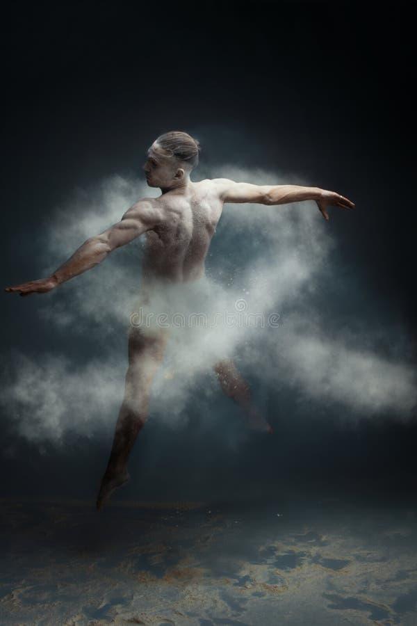 Ballerino lungo dell'uomo del muscolo dei capelli nel concetto del cancro polmonare della polvere fotografia stock libera da diritti