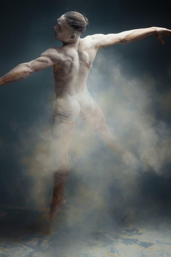 Ballerino lungo dell'uomo del muscolo dei capelli in polvere immagini stock libere da diritti