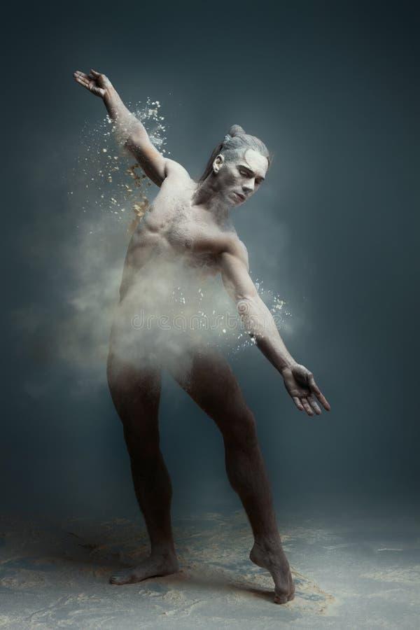 Ballerino lungo dell'uomo del muscolo dei capelli in polvere fotografia stock
