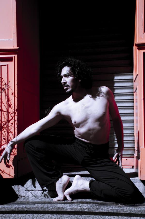 Ballerino maschio latino che posa con le figure di dancing fotografie stock libere da diritti