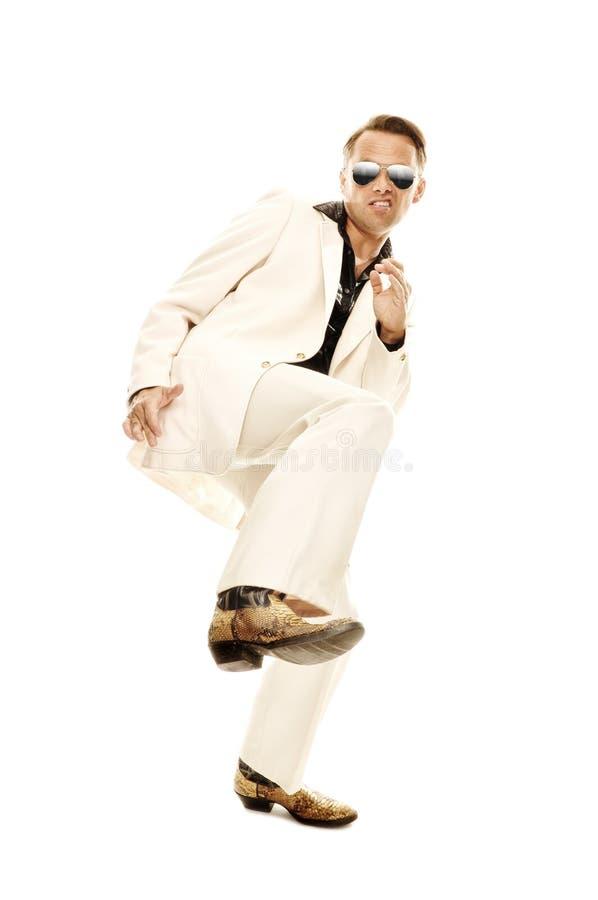 Ballerino pazzo della discoteca negli stivali di cuoio bianchi del serpente e del vestito fotografia stock