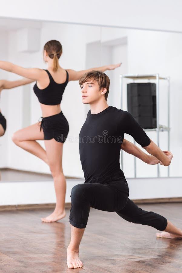 Ballerino persistente serio che si esercita fisico fotografia stock