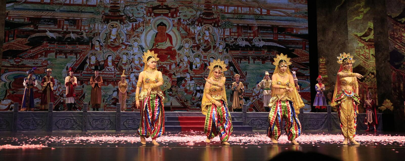 Ballerino quattro del dramma di ballo giocato nel grande teatro di Dunhuang, Cina immagine stock libera da diritti