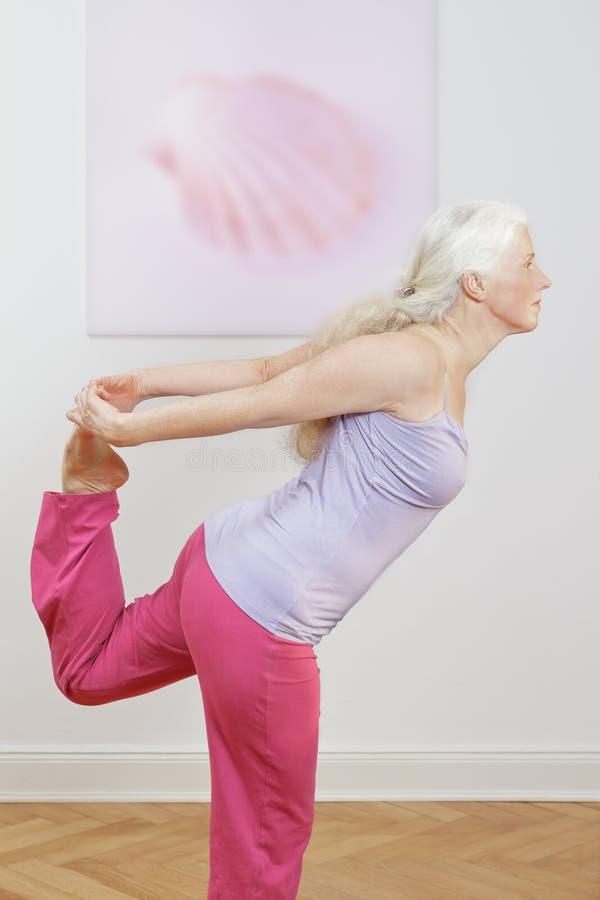 Ballerino senior di esercizio di yoga della donna fotografia stock libera da diritti