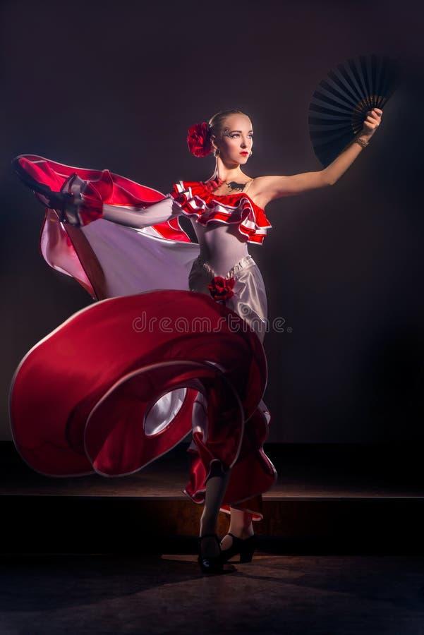 Ballerino spagnolo tradizionale di flamenco della bella donna fotografia stock