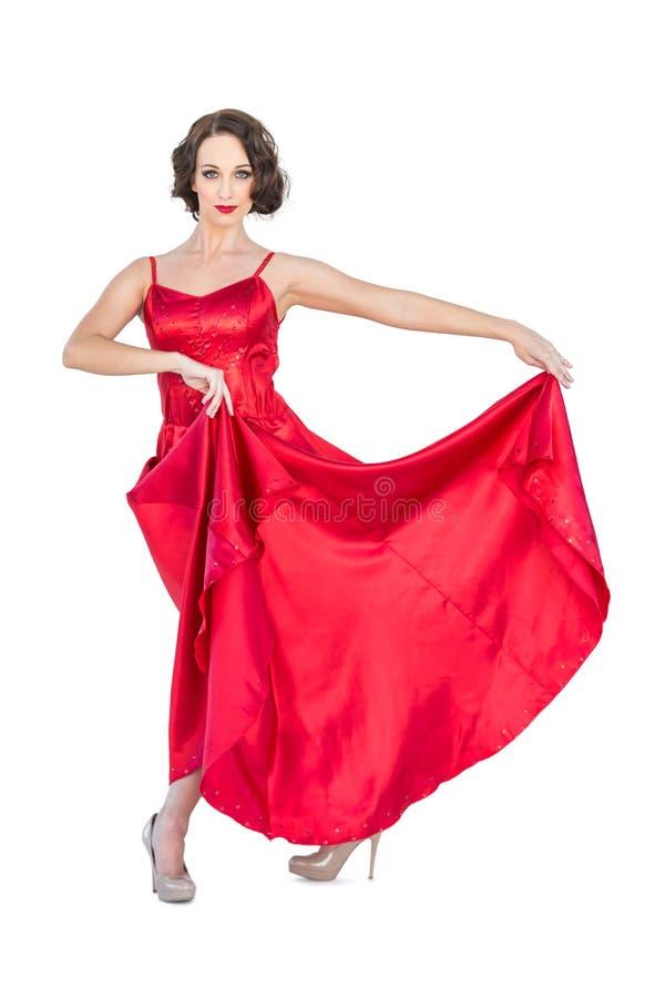 Ballerino splendido di flamenco che posa tenendo il suo vestito fotografie stock