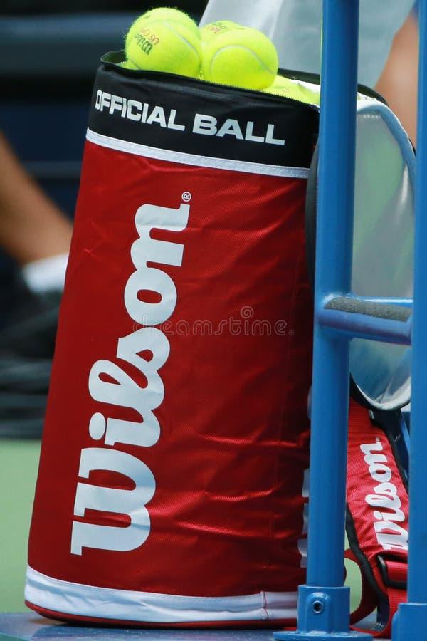 Balles de tennis de Wilson d'US Open chez Billie Jean King National Tennis Center image libre de droits