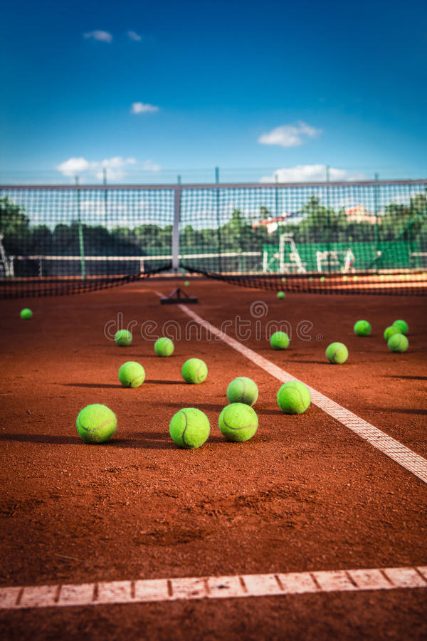 Balles de tennis sur un court de tennis photos stock