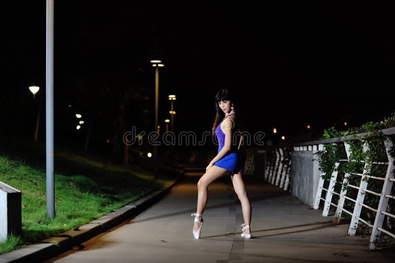 Ballet asiático hermoso del baile de la muchacha en la noche fotos de archivo